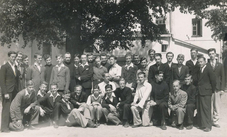 Jėzuitų gimnazijos VII klasė. J. Kaupas – pirmoje eilėje trečias iš kairės. Kaunas, 1937 m.