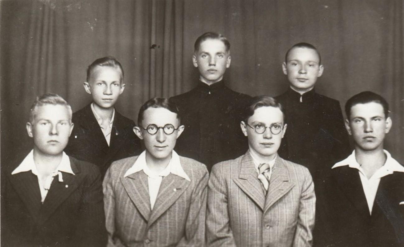 Jonas Jakimavičius (Gediminas Jokimaitis) Jėzuitų gimnazijoje. Pirmoje eilėje antras iš kairės. 1938 06 15