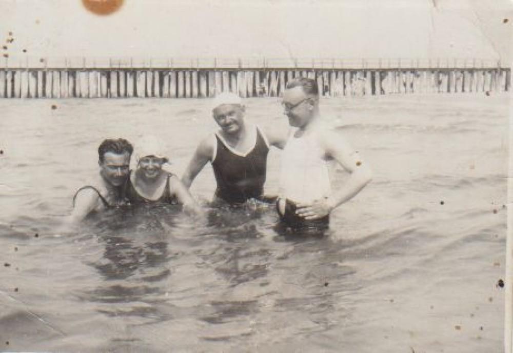 Juozas Grušas (pirmas iš kairės), Juozas Paukštelis (antras iš dešinės) ir nežinomi asmenys. Apie 1930 m. Palangoje, Baltijos jūroje netoli tilto