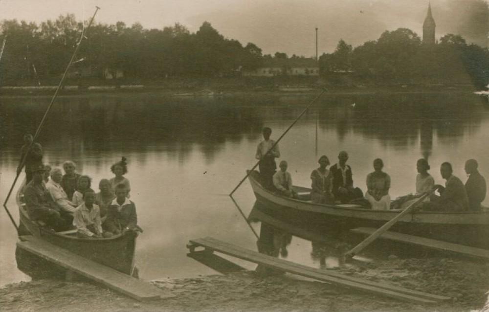 Juozas Tumas-Vaižgantas (baltais drabužiais) sėdi valtyje (kairėje pusėje). Birštonas. 1925 m.