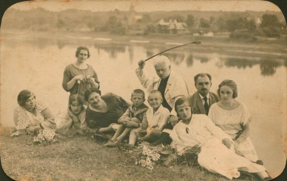 Juozas Tumas-Vaižgantas centre (su baltu apsiaustu). Birštonas, Apie 1924 m.