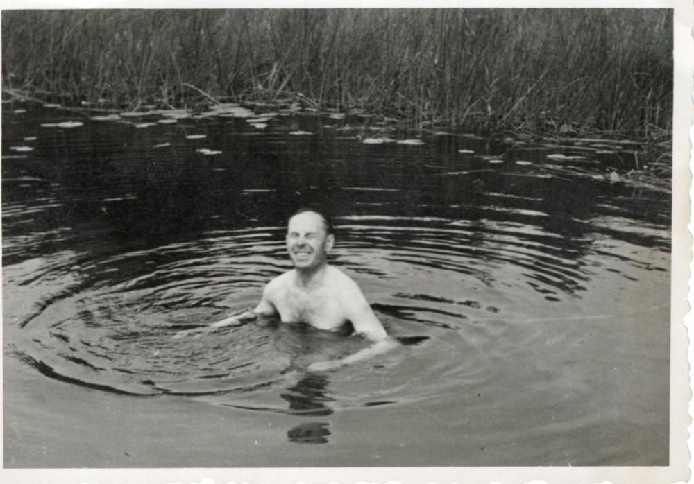 Juozas Žlabys-Žengė maudosi tvenkinyje. Apie 1963 m.