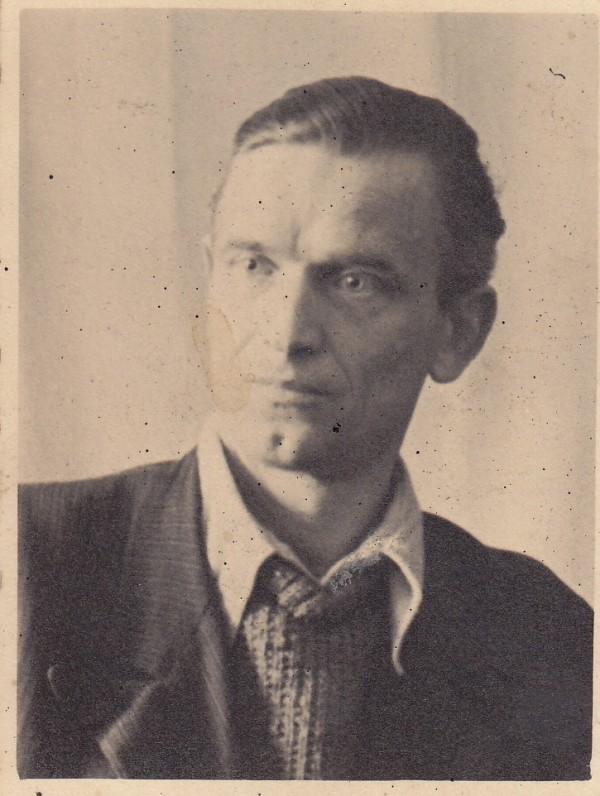 """K. Barėnas. Kitoje pusėje yra užrašyta dedikacija """"Mielajai Marijai. Kazimieras. Neustadt (Vokietija). 1947.IV.7"""""""