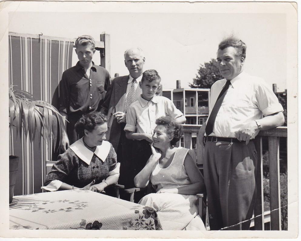 Kaimynų ir bičiulių Santvarų ir Gustaičių šeimos. Bostonas. Apie 1956 m.