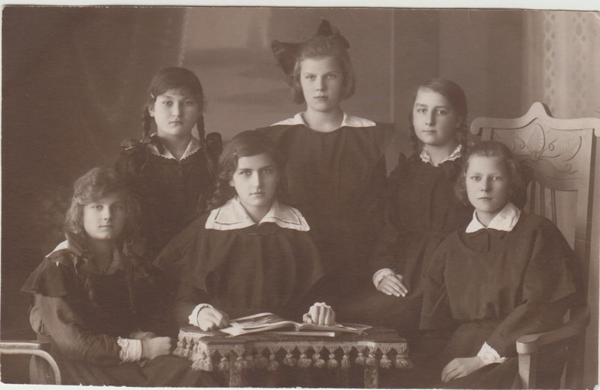 """Kauno """"Aušros"""" gimnazijos V klasė. 1923 m. G. Tulauskaitė sėdi antra iš kairės"""