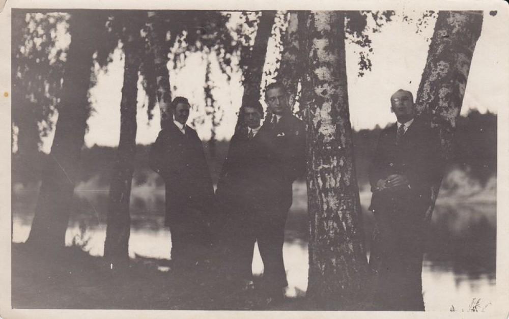 Kazys Binkis (antras iš kairės), Antanas Rimydis (pirmas iš dešinės) su bičiuliais iškyloje Birštone. 1926 m.