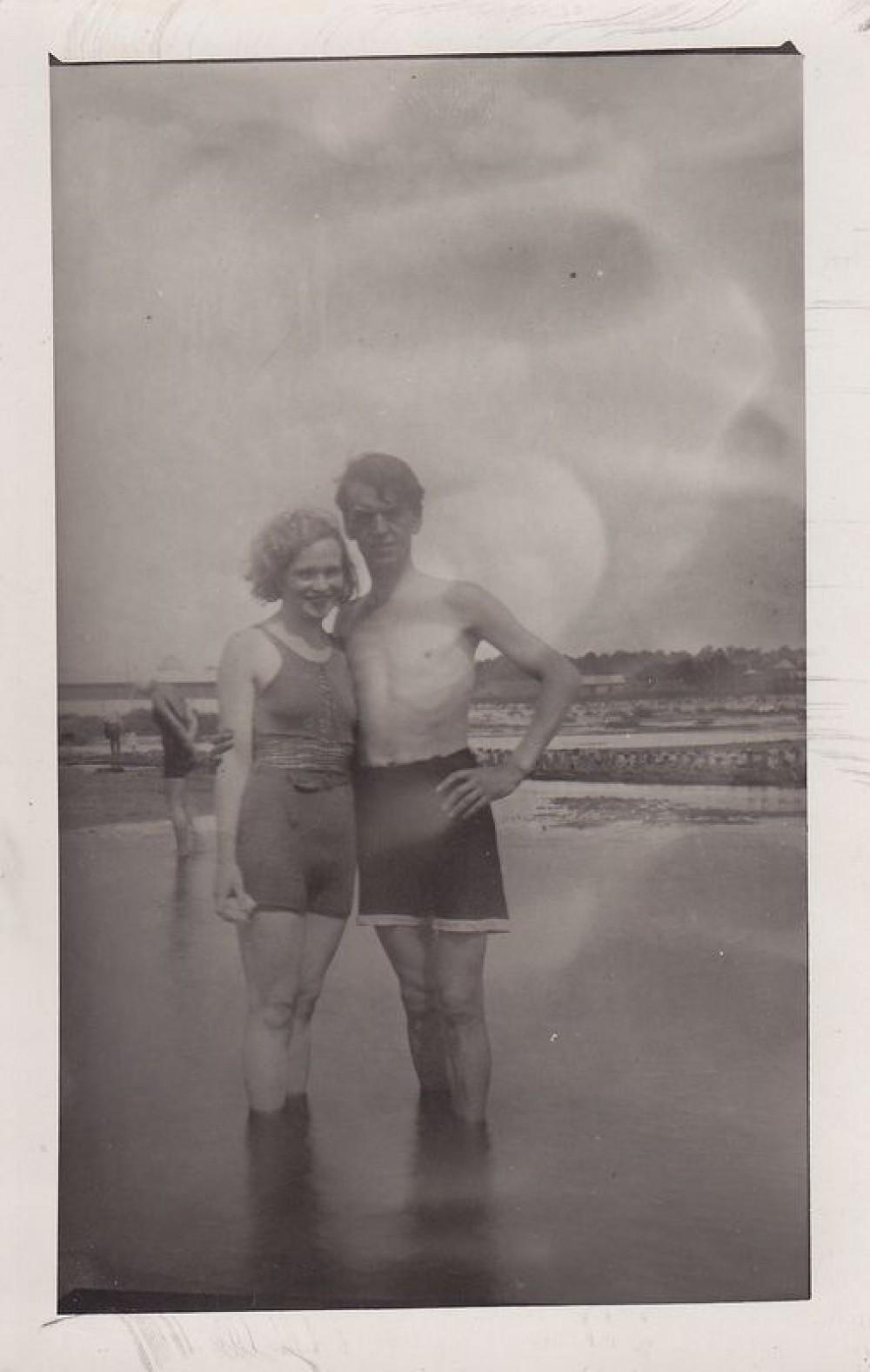 Kazys Binkis su žmona prie Nemuno. Kaunas. 1935 m.
