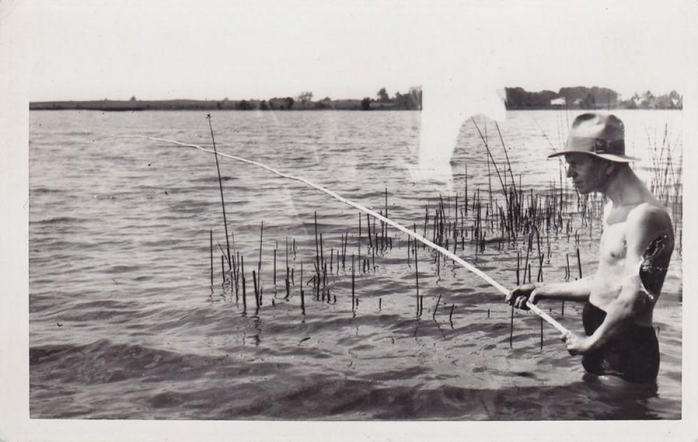 Kazys Binkis žvejoja