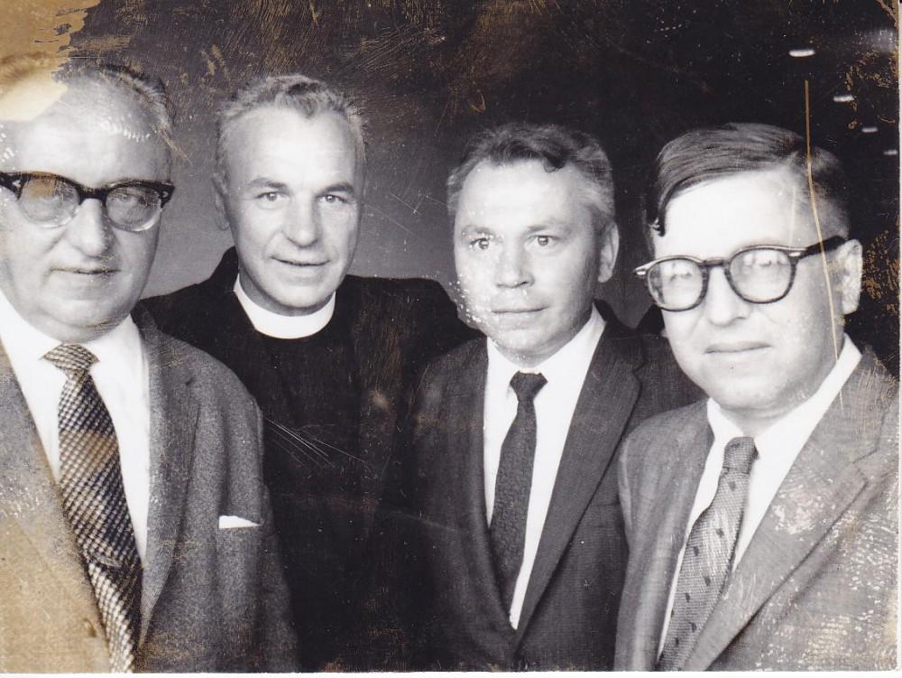 Keturi ateitininkai. Z. Ivinskis, kun. S. Yla, K. Bradūnas, J. Girnius. Čikaga. Apie 1958 m.