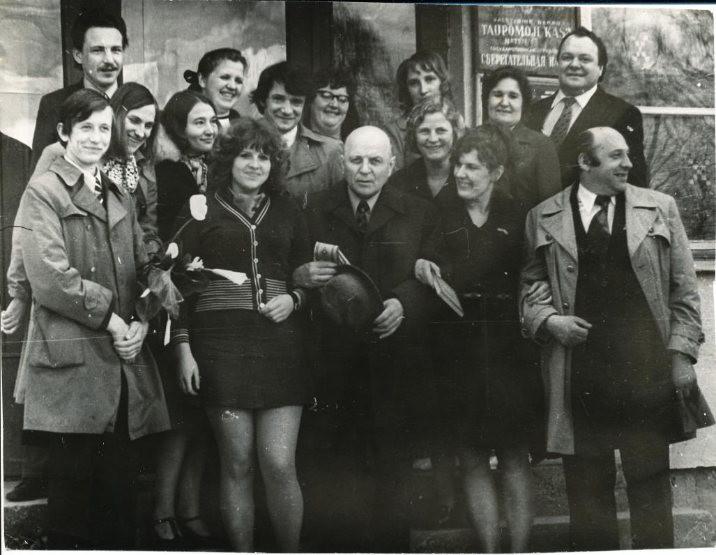 Knygos šventės dalyviai Alizavoje, Kupiškio rajone. Centre Juozas Baltušis. Antroje eilėje iš kairės stovi V. Kukulas, Elena Mezginaitė, Onė Baliukonė, M. Karčiauskas. 1976 m. gegužės 6 d.