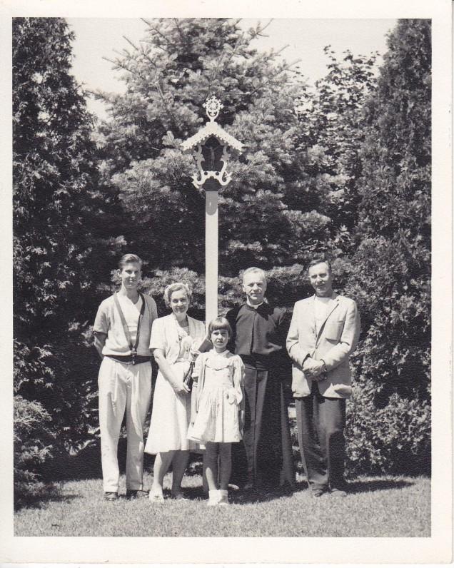 Kun. S. Yla su Pauliumi ir Danute Lipčiūte Augiais ir jų vaikais Jurgiu bei Rūta Putname. 1960 m.