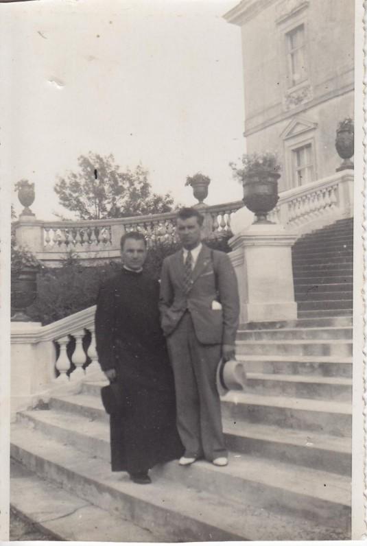 Kun. S. Yla su broliu Jonu Palangoje prie Tiškevičių rūmų. Apie 1938 m.