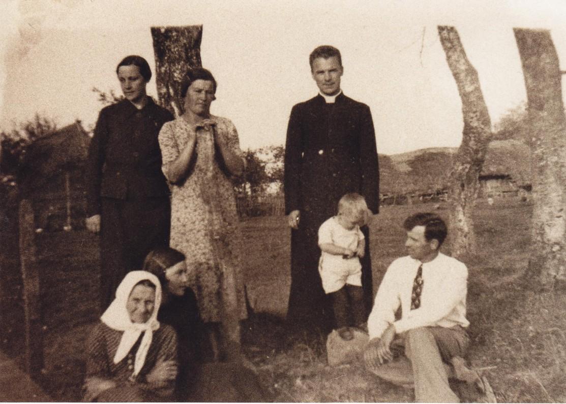 Kun. S. Yla su giminėmis apie 1932 m. Su balta skarele – mama Veronika Ylienė, sėdi – brolis Jurgis Yla