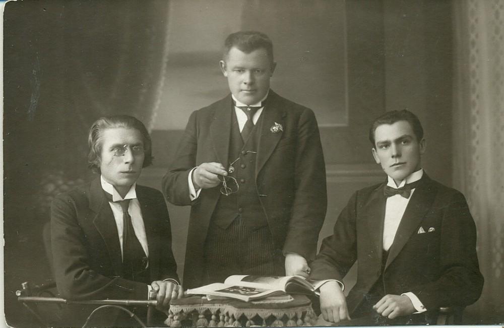 Lietuvių meno kūrėjų draugijos dramos sekcijos prezidiumas – J. Vaičkus, P. Kubertavičius ir P. Vaičiūnas. Kaunas, 1921–1922 m., 2