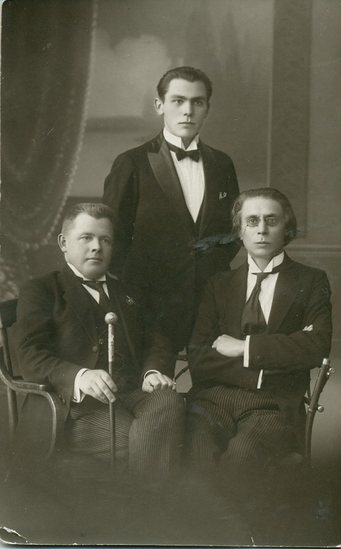Lietuvių meno kūrėjų draugijos dramos sekcijos prezidiumas – J. Vaičkus, P. Kubertavičius ir P. Vaičiūnas. Kaunas, 1921–1922 m.