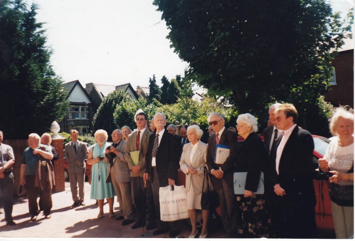 Lietuvių namuose Brazdžionių vizito metu. Su baltu krepšiu K. Barėnas, jam iš kairės Aldona ir Bernardas Brazdžioniai. Headley Park. 1997 m.