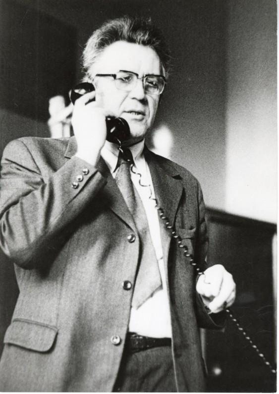 Lietuvos rašytojų sąjungos pirmininkas A. Maldonis kalba telefonu. Vilnius. 1979 m. Fotografė O. Pajedaitė