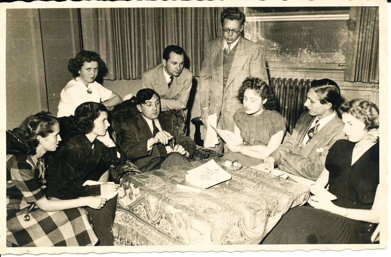"""Literatūros būrelio, kuriam vadovavo A. Baronas, susirinkimas. Savo kūrybą skaito """"mokiniai"""". Čikaga. 1955 m."""