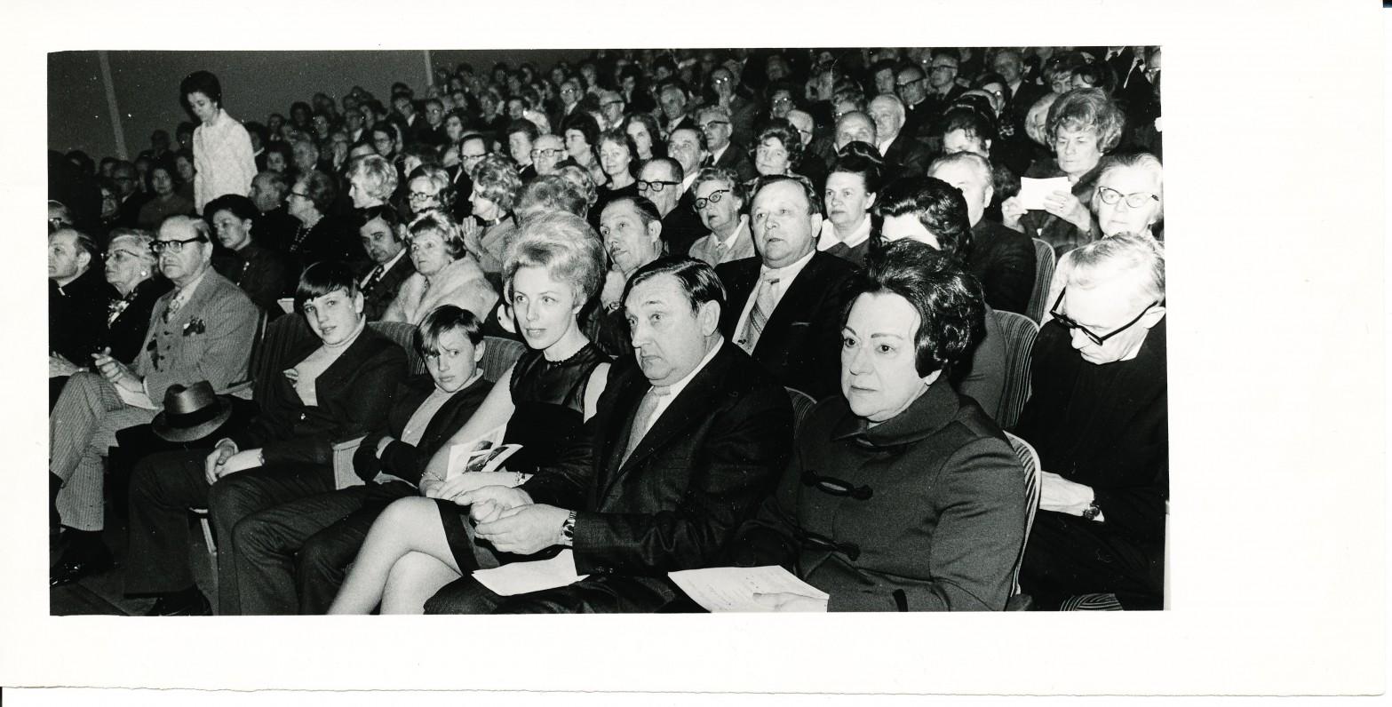 Literatūros vakaras Čikagoje. Sėdi iš dešinės – M. Rudaitienė, A. ir N. Baronai su vaikais