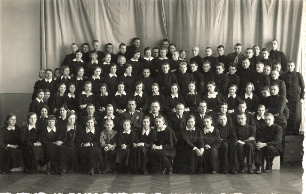 Literatūros vakaro dalyviai. Biržai, 1938 – I – 29, 30 d. Užrašas Mamerto ranka. M. Indriliūnas – septintas iš dešinės ketvirtoje eilėje