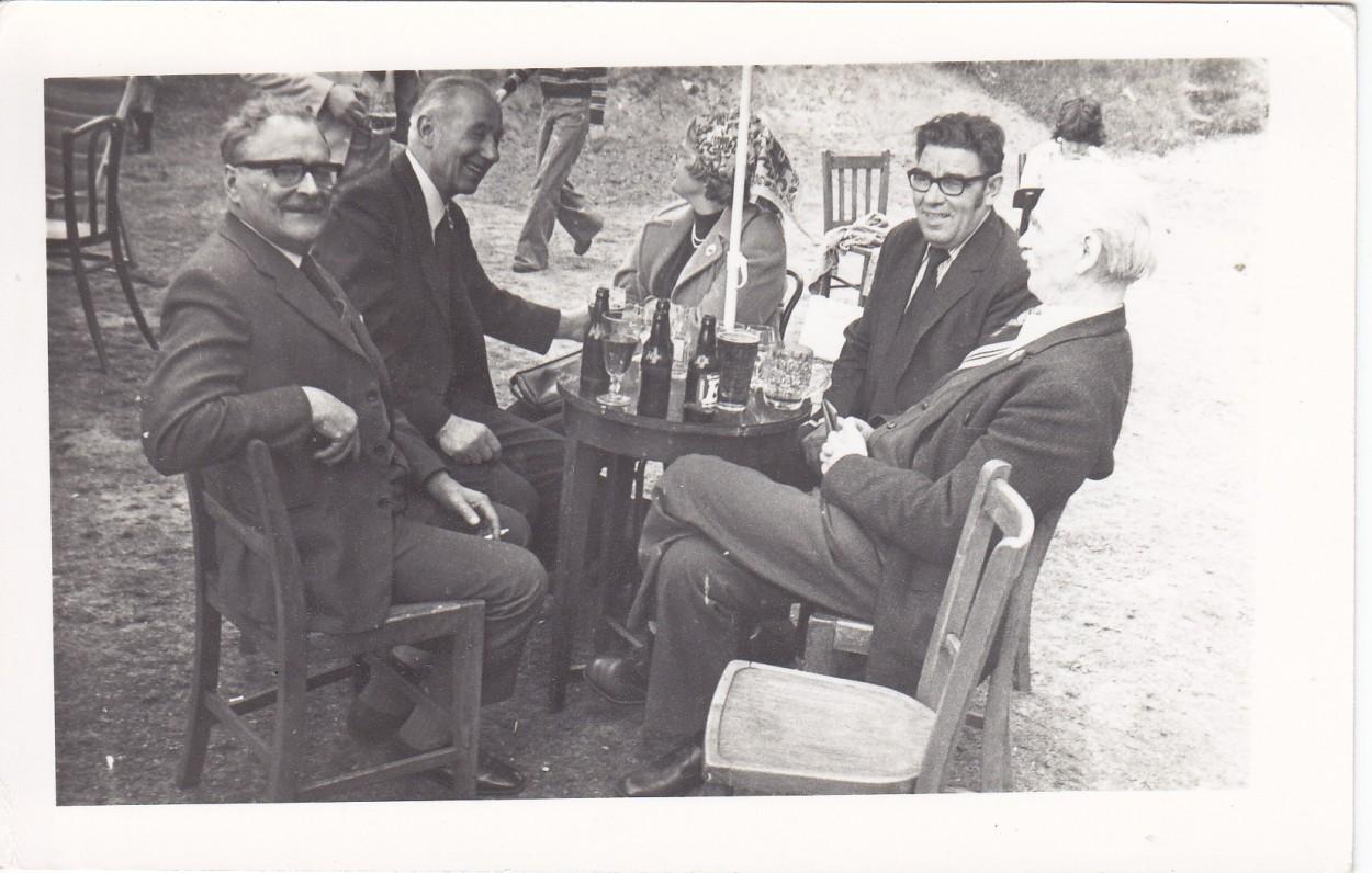 Londono lietuvių sodyboje. P. Mašalaitis, D. Banaitis, M. Barėnienė, K. Bivainis, K. Barėnas. Headley Park. Apie 1980 m.