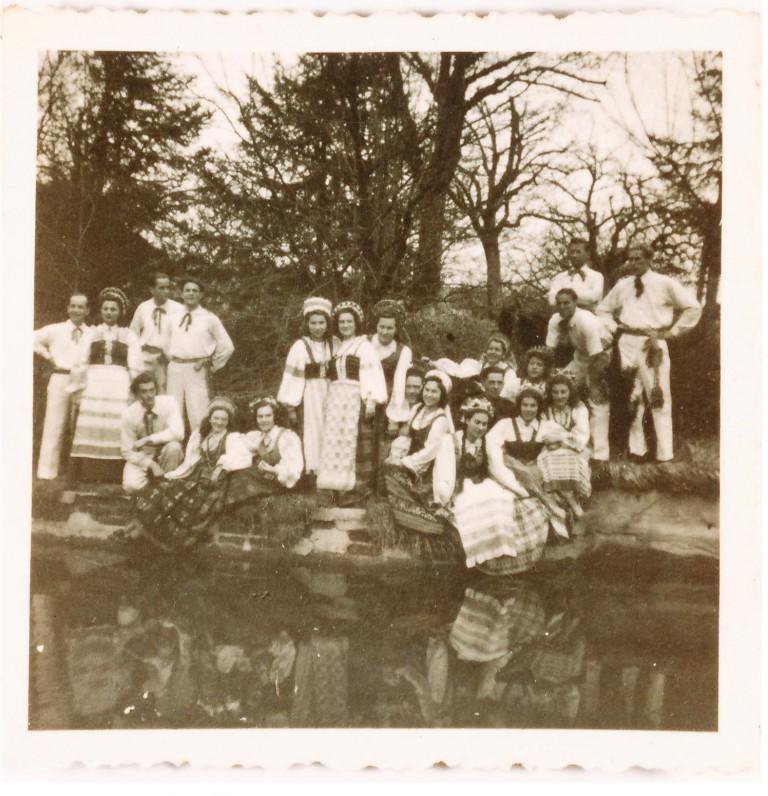 M. K. Čiurlionio šokio ir muzikos ansamblio nariai Konigshone. 1946 m. A. Veščiūnaitė stovi penkta iš dešinės