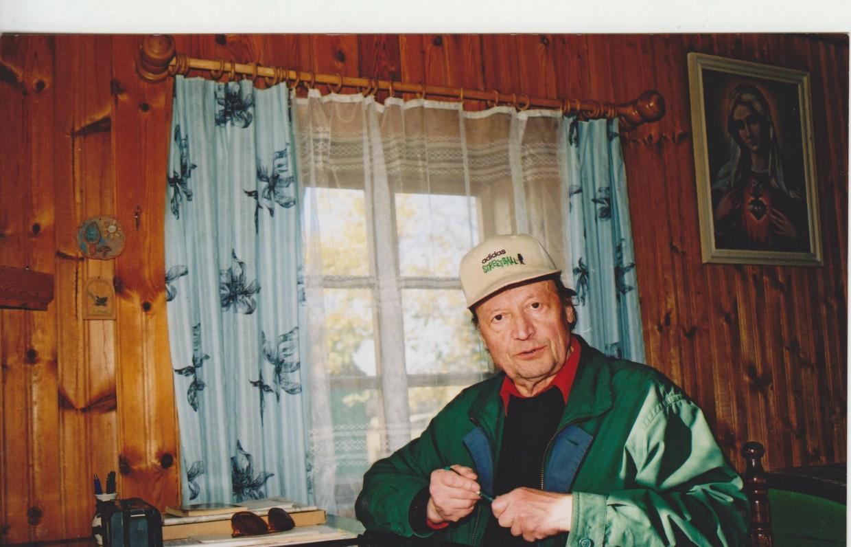 M. Vainilaitis Ežio dvare darbo kambaryje prie rašomojo stalo 2001 spalio mėn.