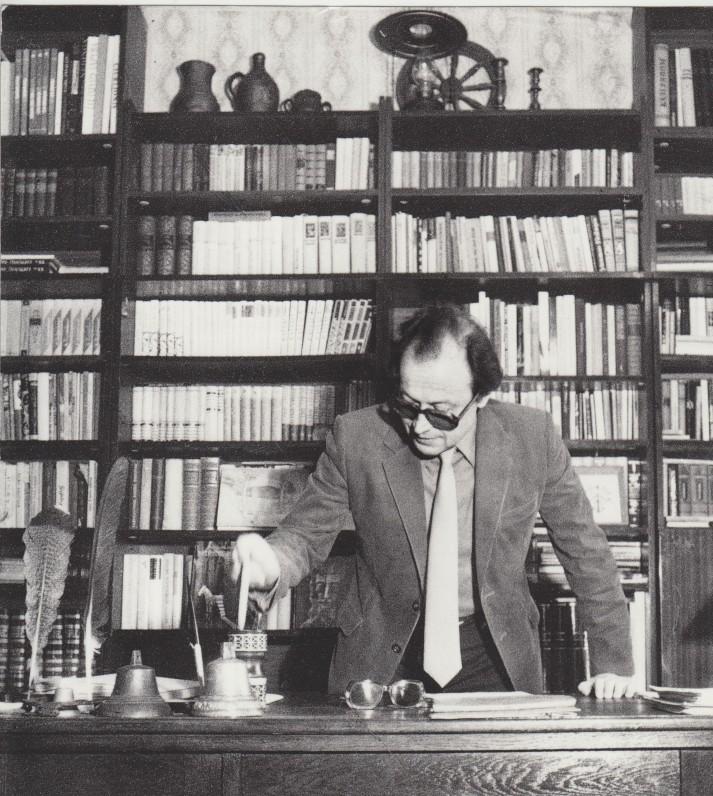 M. Vainilaitis namuose prie knygų 1980–1981 m.