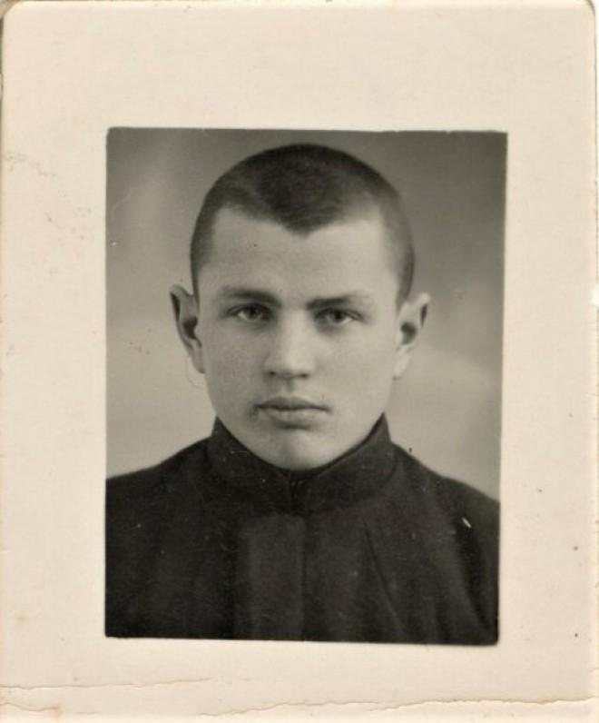 Mamertas – gimnazistas. Antroje fotografijos pusėje įstrižai Mamertas užrašęs savo vardą ir pavardę, užrašas visai išblukęs