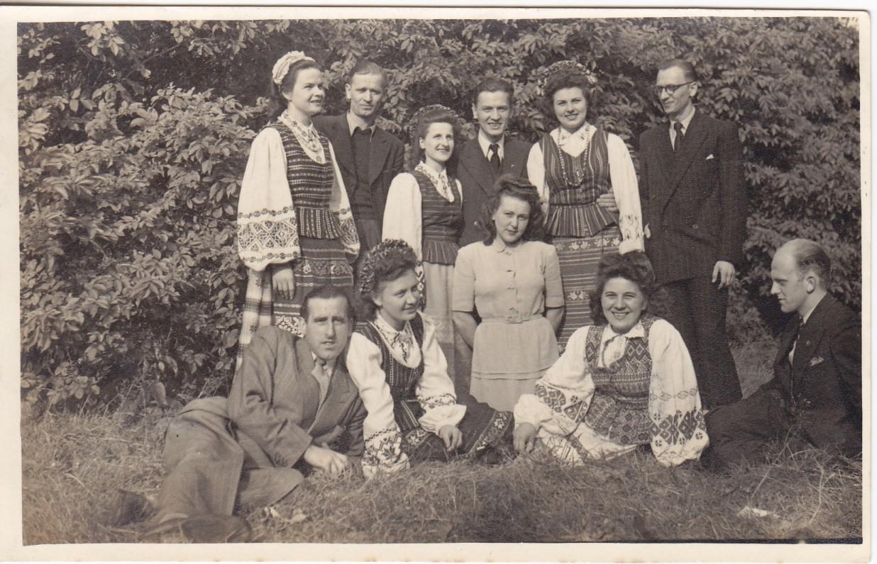 Mančesterio lietuviai. Stovi iš kairės pirma – Marija, šalia jos – Kazimieras. Apie 1952 m.
