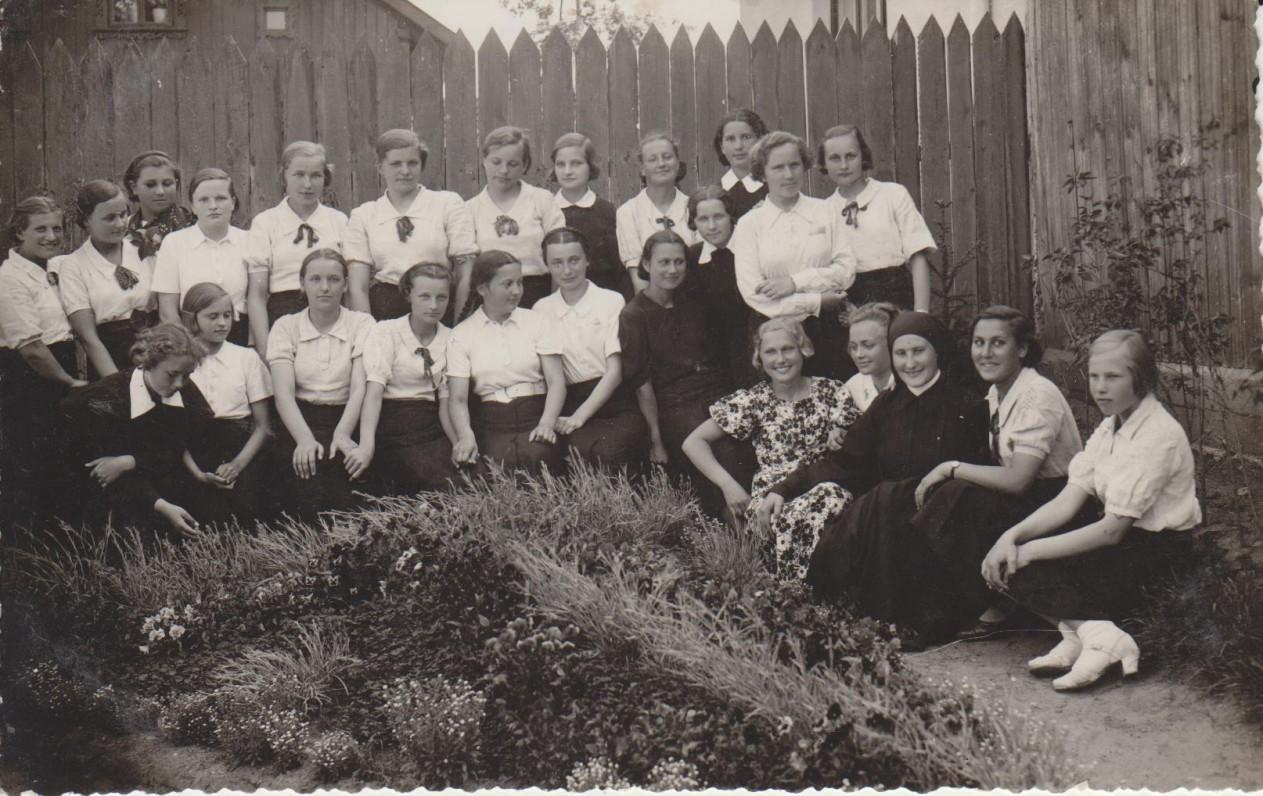 Marijampolės gimnazijos gimnazistės ir mokytojos. E. Spurgaitė stovi antroje eilėje ketvirta iš dešinės. Apie 1940 m.