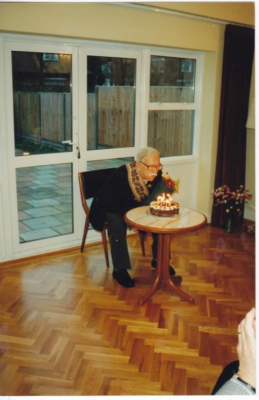 Minint 90-metį. Jubiliejinę juostą iš Lietuvos atvežė kunigas R. Mikutavičius. Lietuvos ambasada Londone. 1998 m.