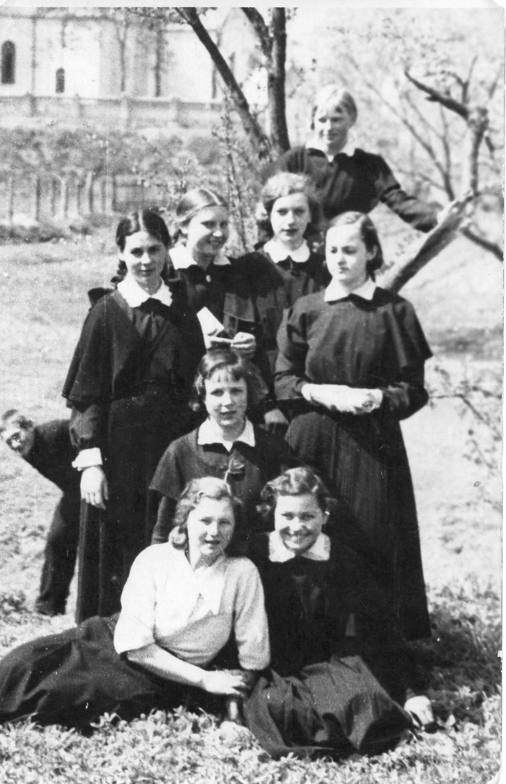 Mokslo metų pabaiga. Su 5-os klasės draugėmis. Vilkaviškis, 1936 m.
