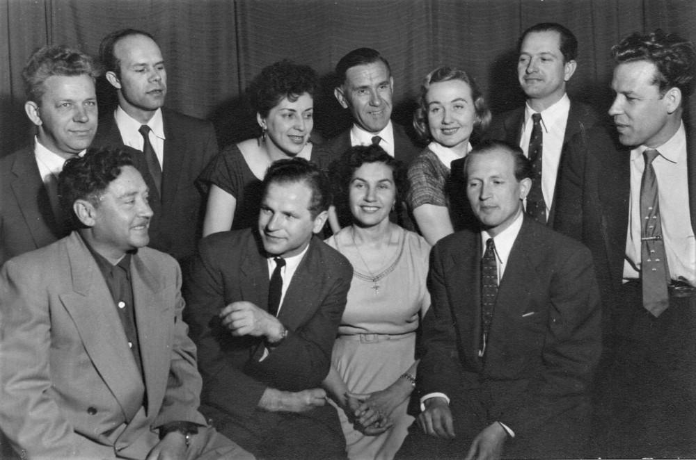 """Monrealio dramos sambūris. Po B. Pūkelevičiūtės režisuotos K. Borutos """"Baltaragio malūno"""" premjeros. H. Nagys – pirmas dešinėje"""