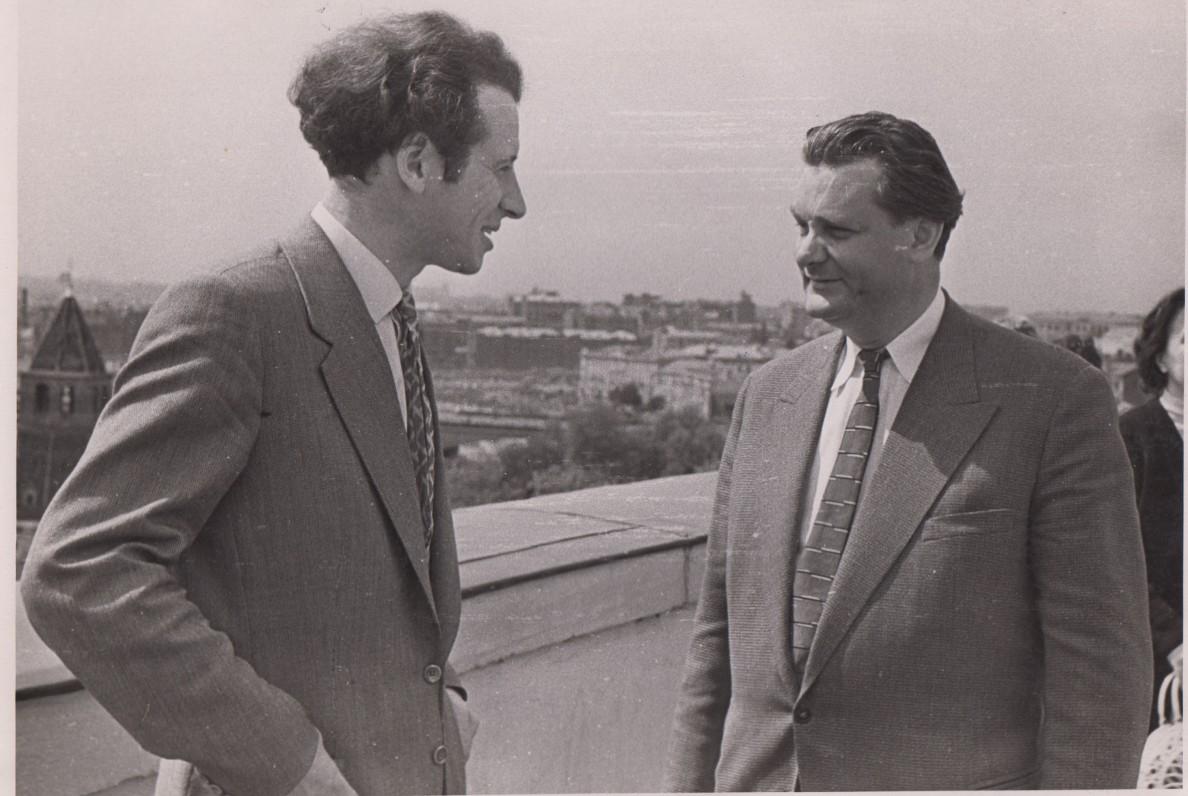 Mykolas Sluckis ir Eduardas Mieželaitis Maskvoje, III rašytojų suvažiavime. 1959 m. N. Kočniovo nuotrauka