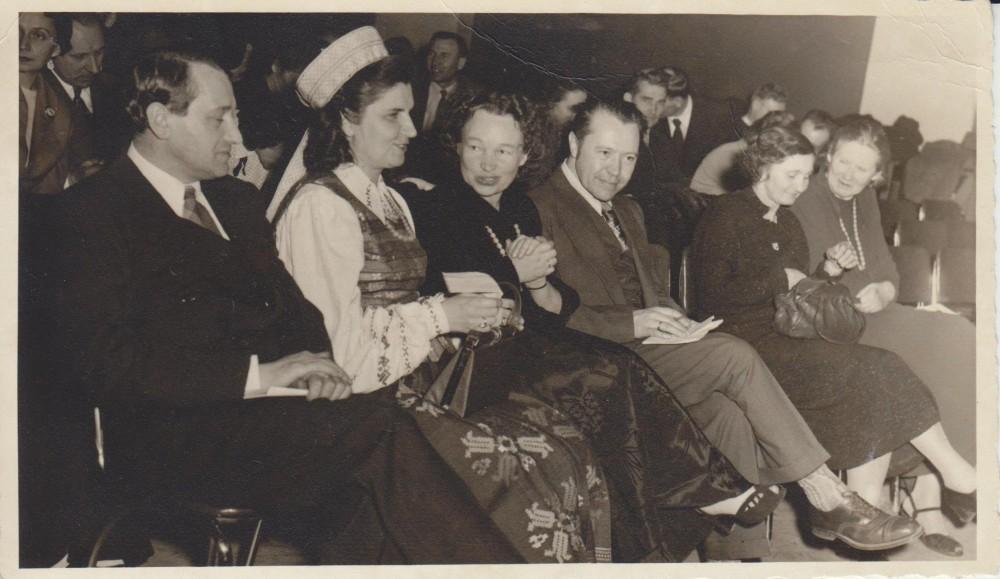 """N. Mazalaitė knygos """"Gintariniai vartai"""" sutiktuvių vakaras. Čikaga. 1952 m. J. Gabė, G. Tulauskaitė-Babrauskienė, N. Mazalaitė-Gabienė, B. Babrauskas, P. Orintaitė, J. Augustaitytė-Vaičiūnienė"""