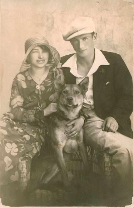 N. Mazalaitė su sužadėtiniu ir šunimi