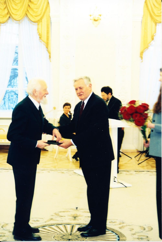 Nacionalinę kultūros ir meno premiją įteikia Prezidentas Valdas Adamkus. Vilnius. 2003 m. vasario 15 d. A. Žižiūno nuotrauka
