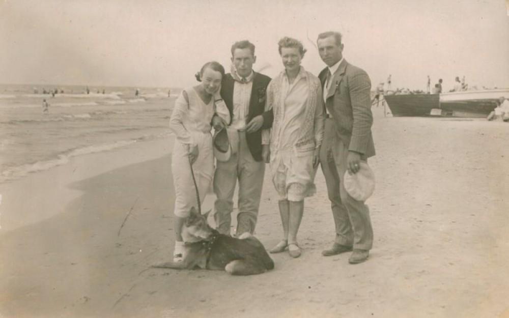 Nelė Mazalaitė (kairėje), Vilius Bendikas, Ieva Malakauskaitė, V. Bendiko brolis. Palanga. Apie 1930 m.