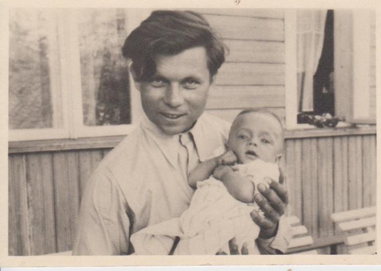 P. Cvirka 1940 vasarą su sūnumi Andriumi Fredoje
