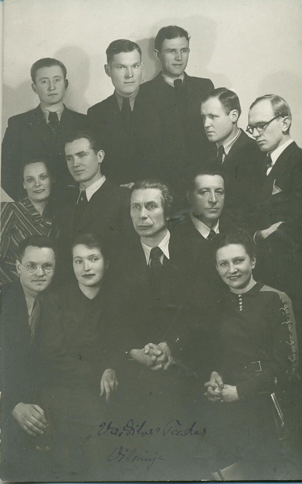 P. Vaičiūnas (centre) su Vaidilos teatro aktoriais. Vilnius, apie 1943 m.