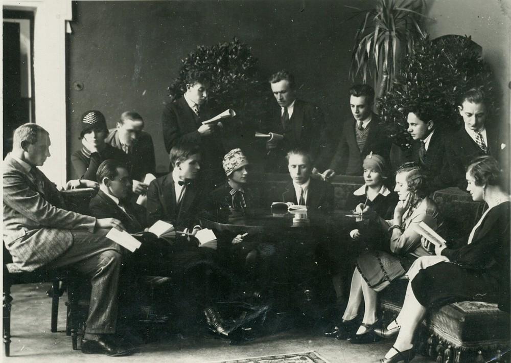 """P. Vaičiūnas skaito savo """"Nuodėmingąjį angelą"""" Valstybės teatro trupei. Kaunas, 1927 m."""