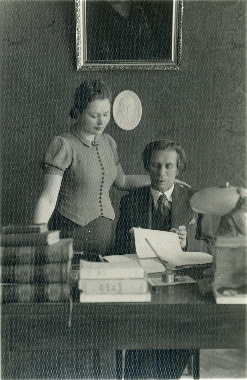 P. Vaičiūnas skaito žmonai savo kūrybą. Kaunas, 1936 m.