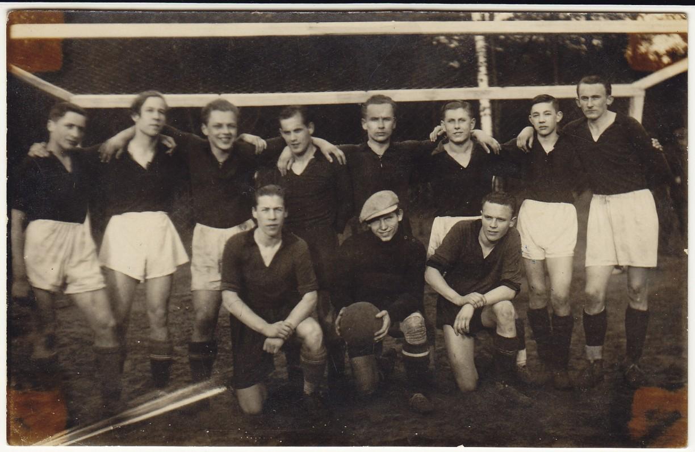 Pagėgių K. Donelaičio gimnazijos mokiniai. H. Nagys – antras iš kairės. 1938 m.