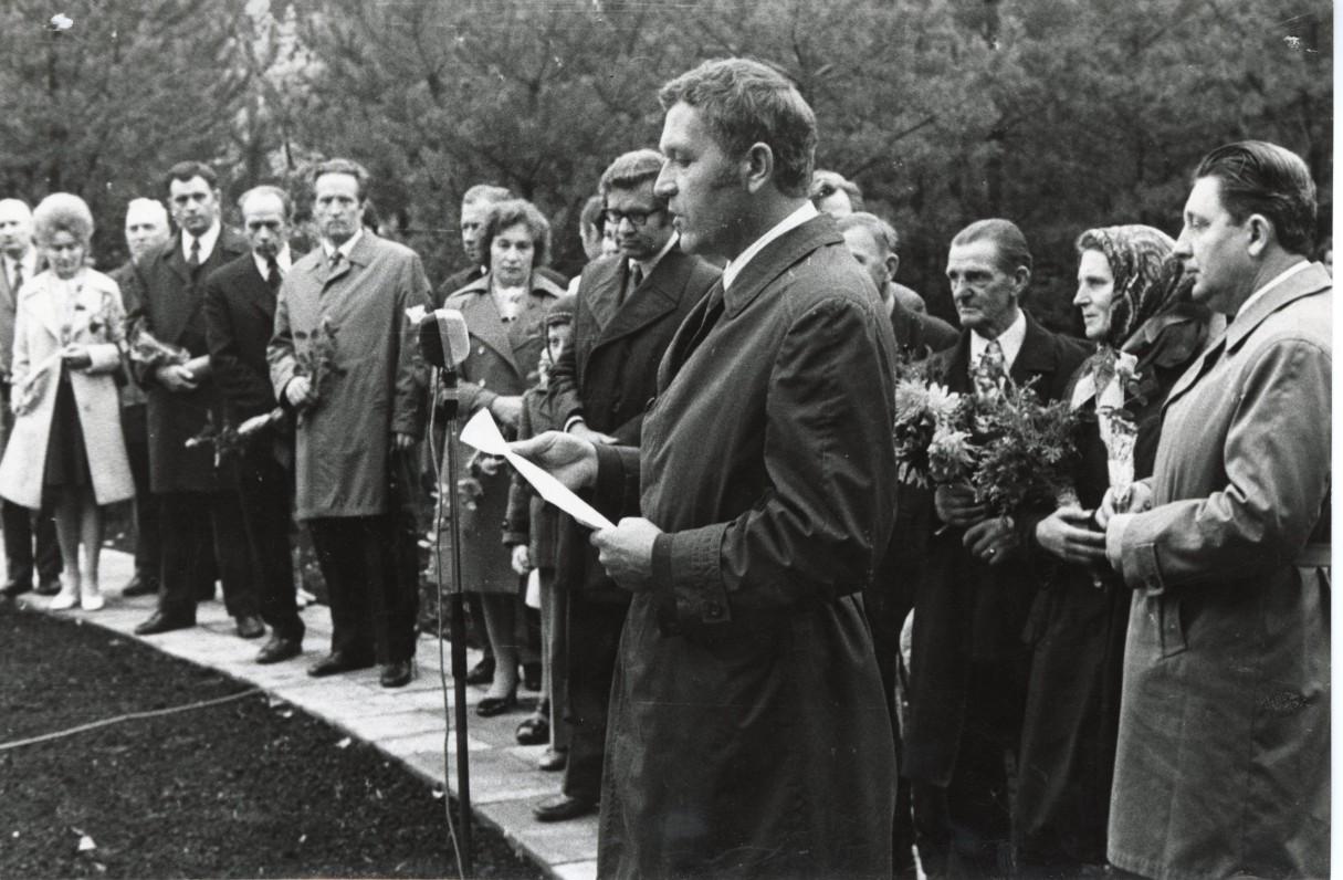 Paminklo J. Mačiui-Kėkštui atidengimas Prienuose. Prie mikrofono A. Maldonis. Apie 1974 m.