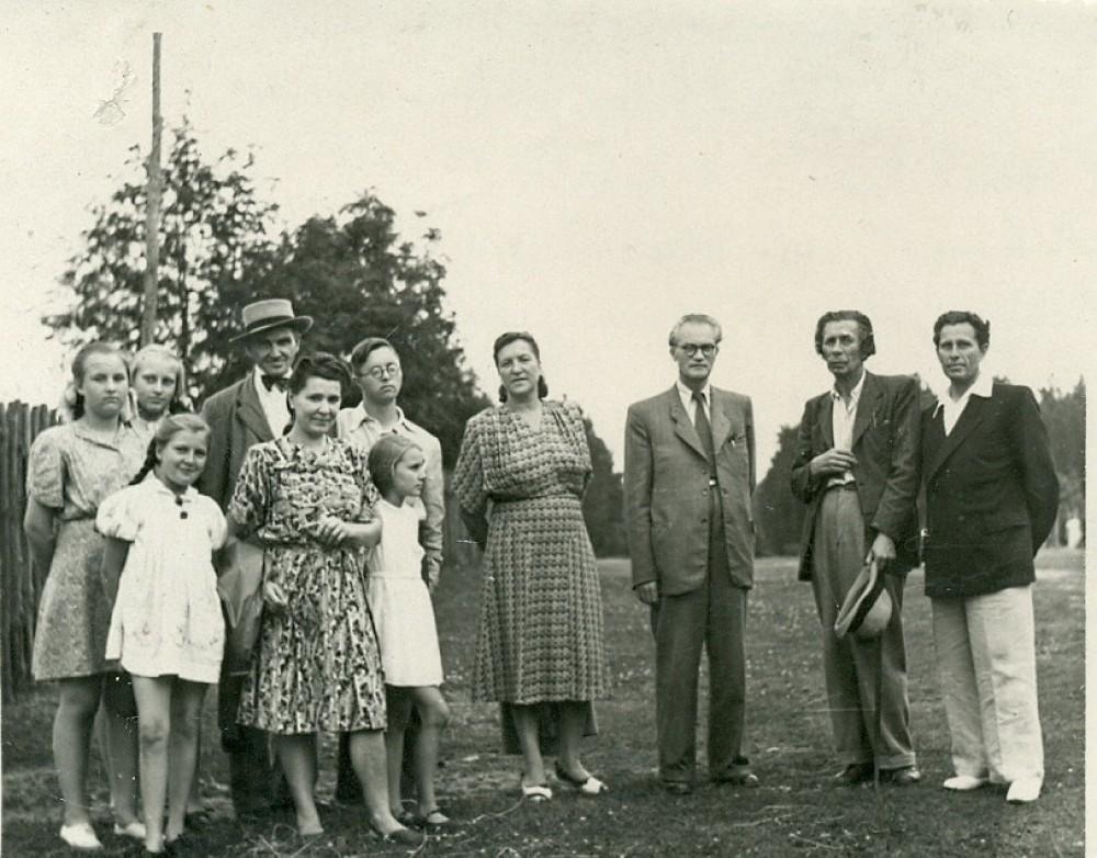 Pas P. Vaičiūną Valakampiuose. Svečių tarpe – skulptorius R. Jachimavičius, V. Mykolaitis-Putinas su žmona, I. Cieška. 1947 m.