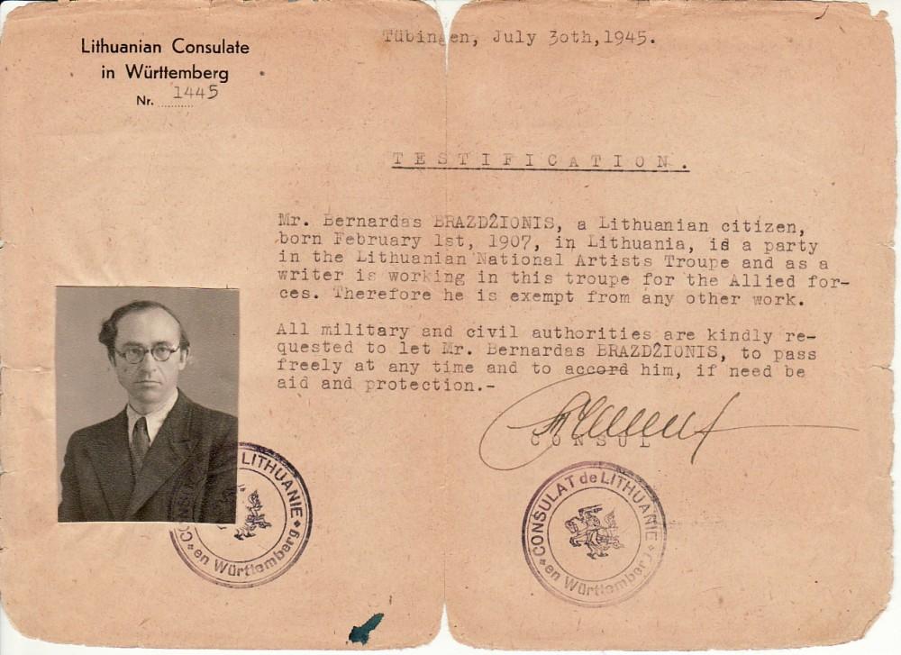 Pažyma anglų k., kad B. Brazdžionis priklauso lietuvių tautinei aktorių trupei ir yra atleistas nuo darbo. Išduota Lietuvių konsulato. Tiubingenas, 1945 m. liepos 30 d.