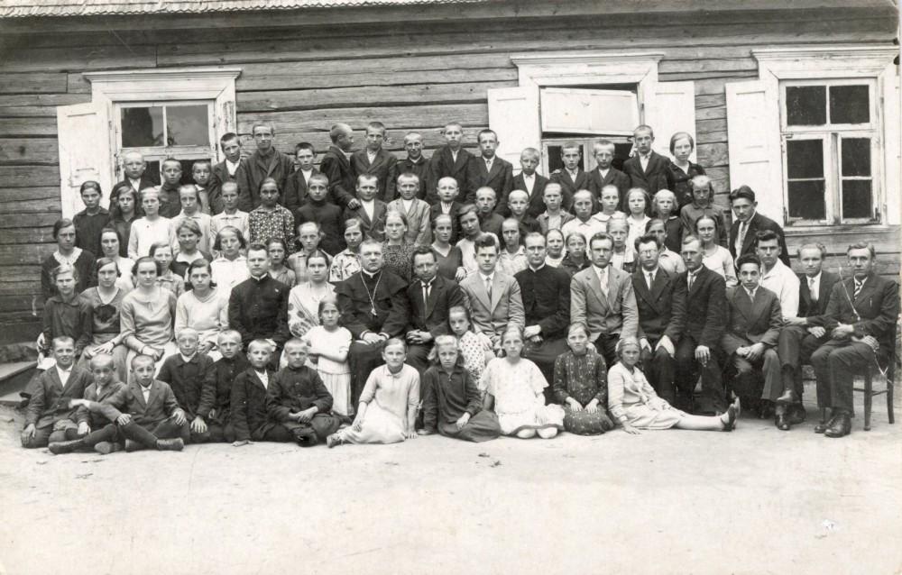 Penktas iš kairės sėdi kunigas Jurgis Šimonėlis, pirmas iš kairės – Mamertas. Vabalninkas. Apie 1931 m.