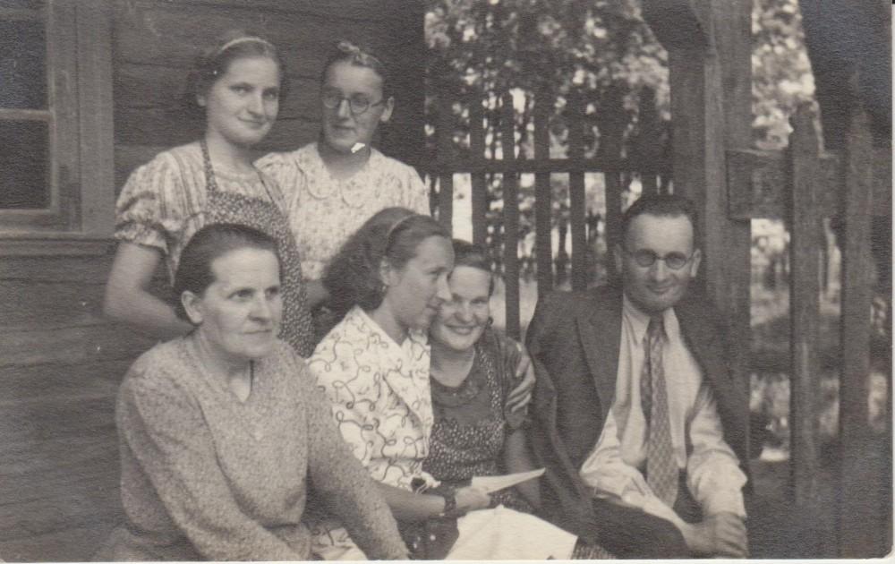 Pirma iš kairės stovi Elena Spurgaitė, sėdi jos mama, sesuo Antanina sėdi šalia dėdės vertėjo Prano Povilaičio. Valakbūdis. Apie 1944 m.