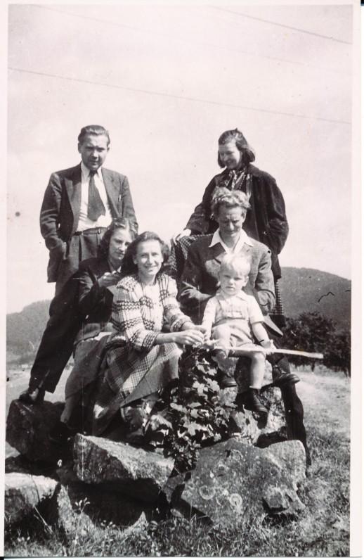Pirmoje eilėje A. Veščiūnaitė ir A. Kaupas; antroje – Dalia ir Julius Kaupai; stovi Vincas Trumpa ir Aleksandra Laucevičiūtė. Haslack. 1949 m.